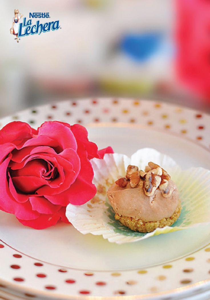 ¿Qué puede saber mejor que corteza de galletas Graham, cremoso relleno de tarta de queso y todo cubierto de nueces pacanas tostadas? ¡Es por eso que esta fácil receta de mini tartitas de queso de chocolate y café expreso que no necesita horno se convertirá en favorito en tu mesa navideña!