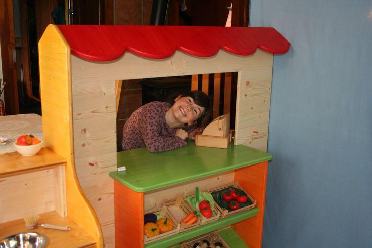 Paroi ludique : Epicerie en bois. Création Ecolojeux. Conçue pour une structure d'accueil d'enfants. Sur commande. Mobilier sur mesure. Fabrication artisanale Ecolojeux. Conception durable, écologique. Démontable. Produit de finition écologique Haut de gamme. Du mobilier qui s'adapte à vos espaces particuliers. Sur commande. https://www.ecolojeux.com/73-mobilier-sur-mesure-meuble-de-jeux-amenagement-espaces-enfants