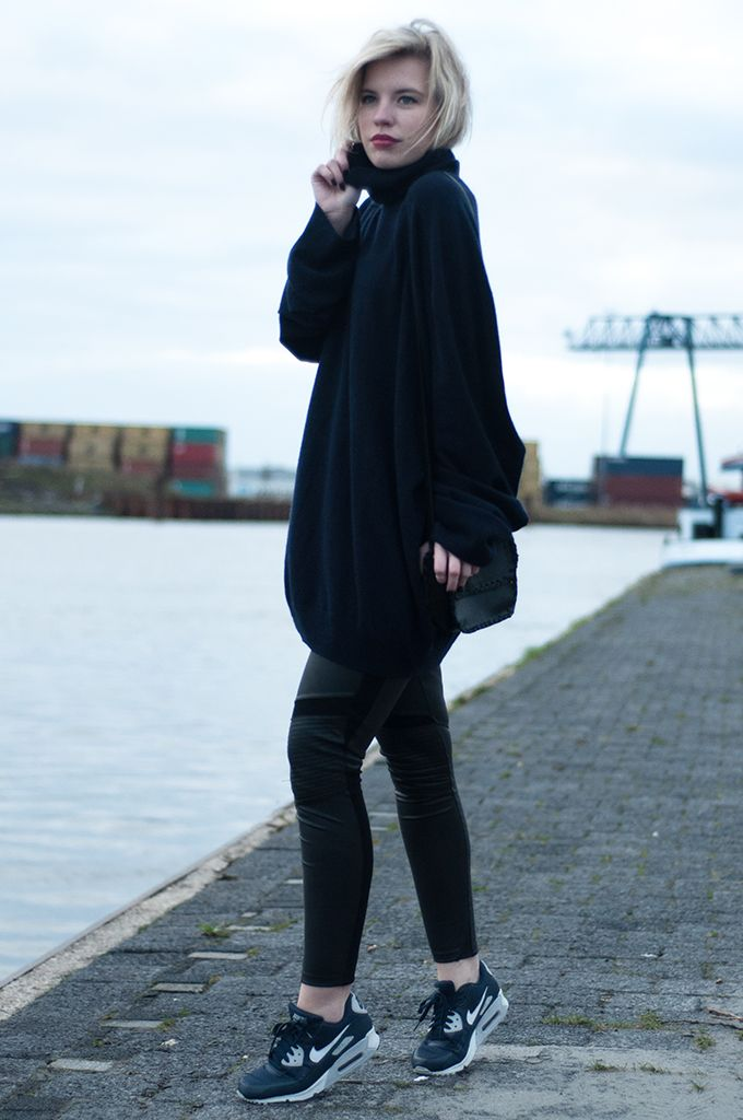 RED REIDING HOOD www.redreidinghood.com  Fashion blogger wearing navy blue oversized cashmere ...