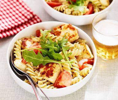 En smarrig vegetarisk pasta full av smaker kring Medelhavet. Med crème fraiche i pastasåsen blir det härligt krämigt. Strö färsk rucola innan servering, ger både en färsk känsla och en pepprig smak.