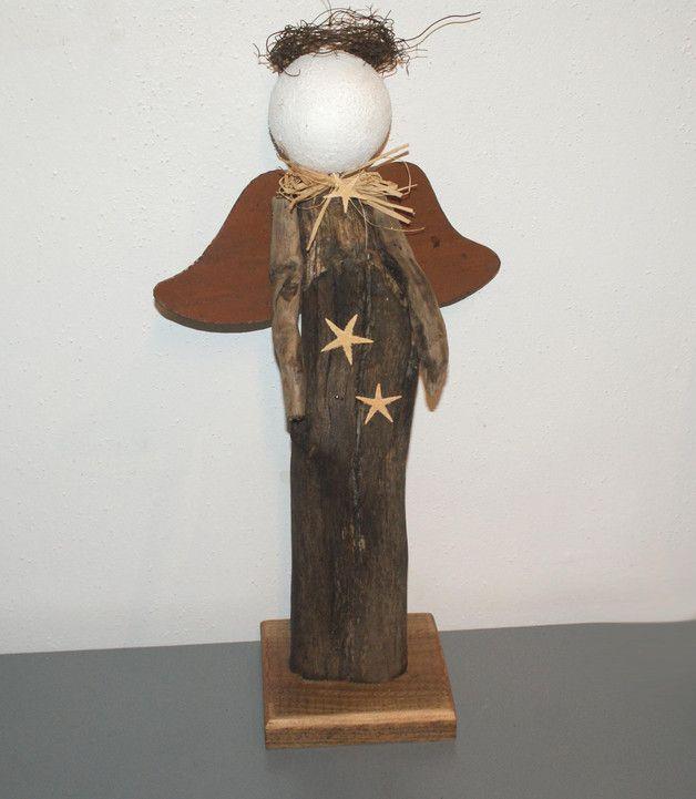 Engel aus einem Treibholz mit weißer Kugel aus Styropor als Kopf. Die Arme sind  aus dünnen Aststückchen. Flügel aus Metall (rusty). Die Flügel sind fest verschraubt. Das Holz ist leicht gewachst....
