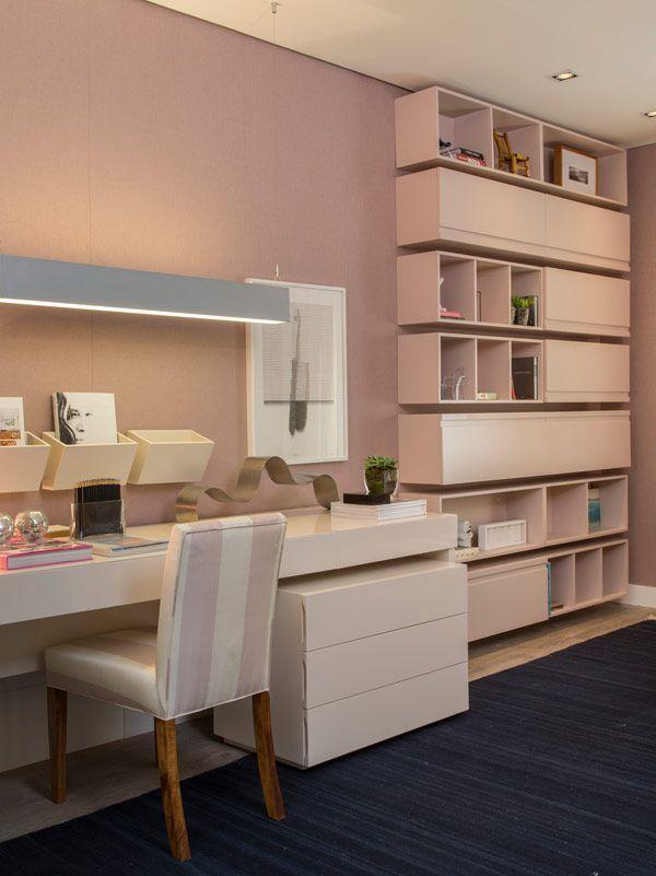 Aconchegante, clean e funcional foram os conceitos utilizados por Paula Magnani para criar um quarto pde uma jovem solteira, para a Mostra Q&E Quartos. A arquiteta tinha em mente uma mulher de estilo moderno e, ao mesmo tempo, sofisticado, apostando em um mix de texturas no espaço.