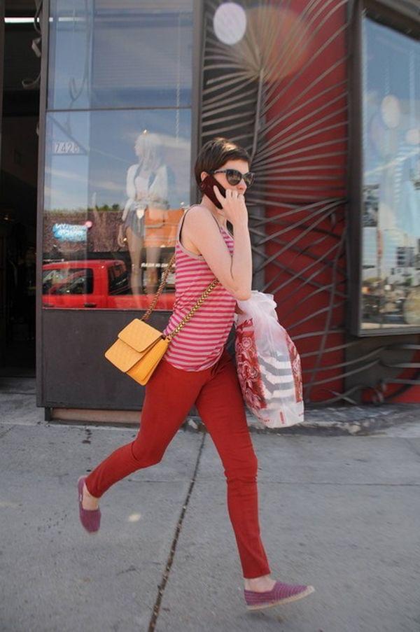 Anne Hathaway style: l'attrice avvistata con una Grace Bag di Stella McCartney