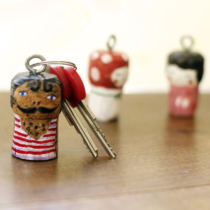 Schlüsselanhänger Ein angemalter Korken ist nicht nur hübsch, gleichzeitig macht er es unmöglich, dass der Schlüssel sinkt, wenn er ins Wasser fällt (für unsere Freunde aus Amsterdam). Mehr Ideen für Kinder jedes Alters in meinem Blog: http://elhadadepapel.blogspot.com