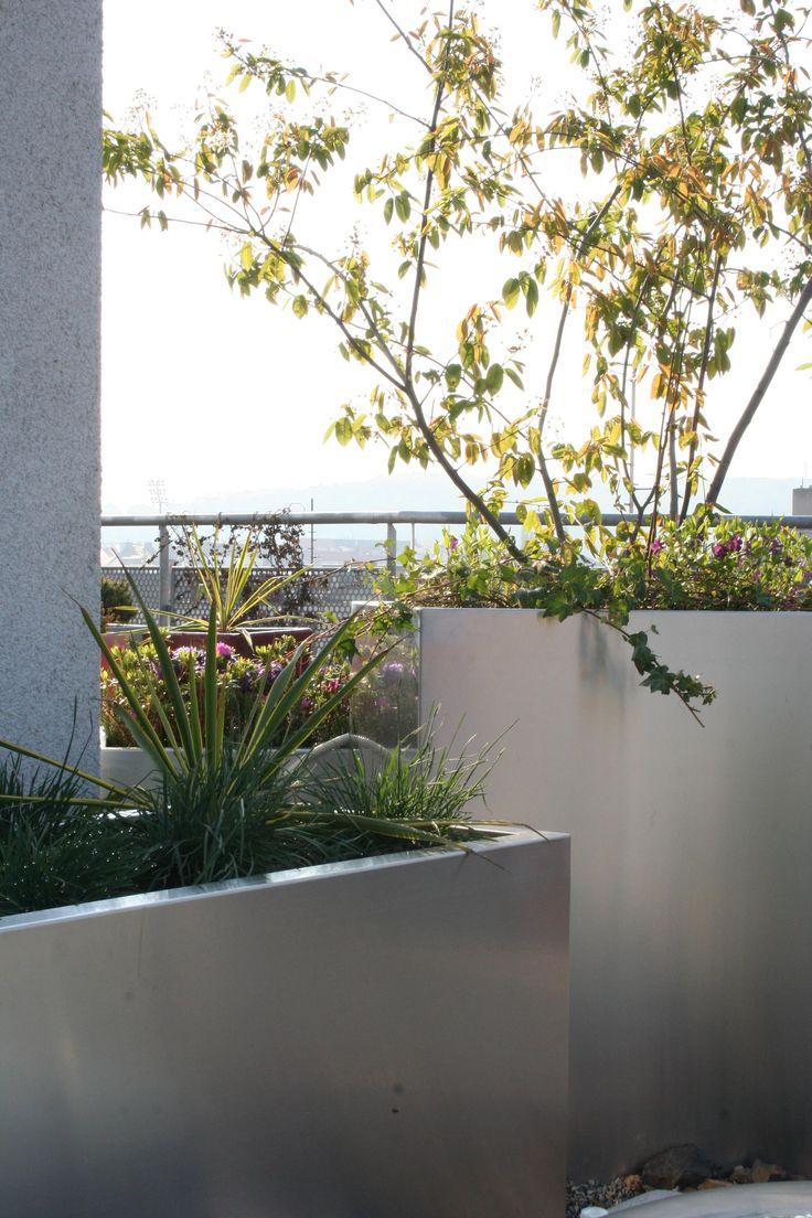 soukromá střešní zahrada s rostlinami v nerezových nádobách / private roof garden with plants in stainless steel containers