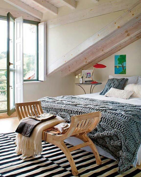 tejer la colcha y checar el mueble al pie de la cama
