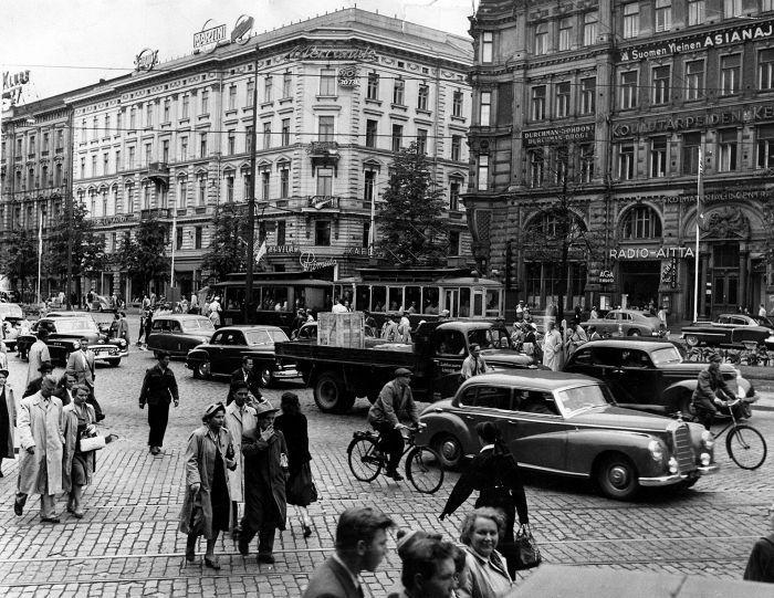 Mannerheimintie 1952. Pyörät liikkuivat ajoradalla autojen seassa.