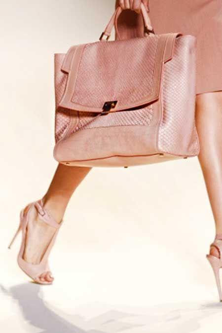 Büyük el çantaları hem şık görünmenizi sağlayacak, hem de içine her şeyi koyarak yanınıza alabileceksiniz!