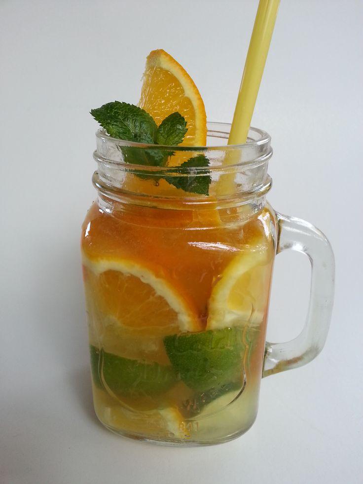 Limonádé citrusokkal és mentalevéllel szervírozva