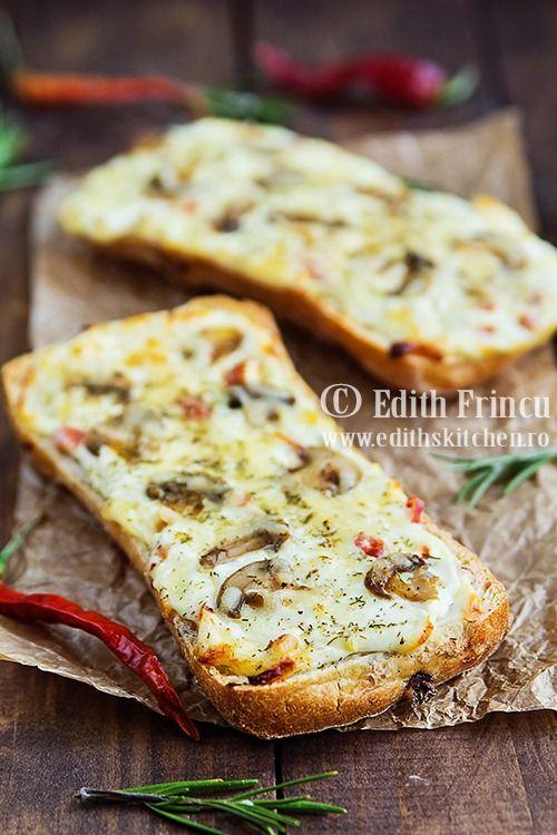 Sandvisuri calde cu cascaval si ciuperci - o idee de sadvisuri pentru micul dejun cu cascaval, ciuperci, smantana si usturoi