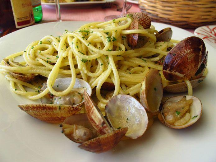 Les spaghetti aux palourdes sont l'un des plats les plus connus et les plus appréciés de la cuisine traditionnelle napolitaine. Découvrez la recette !