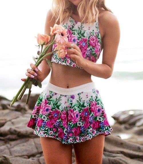 Con estas prendas y accesoriosel sol se pondría celoso de cómolo opacaríasde lo lindos que están. Collar de caballito de mar. Perfecto para lucir con un bikini. Un sombrero blanco es lo más fashion del momento para ir a la playa. Tú puedes hacer una playera así. Con clase pero sexy a la vez. Amé …
