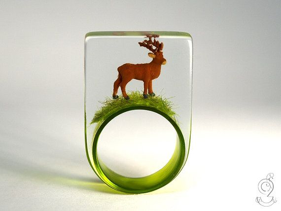 Wood ease – Funny deer ring with a brown deer on a green ring made of resin for quite wild people