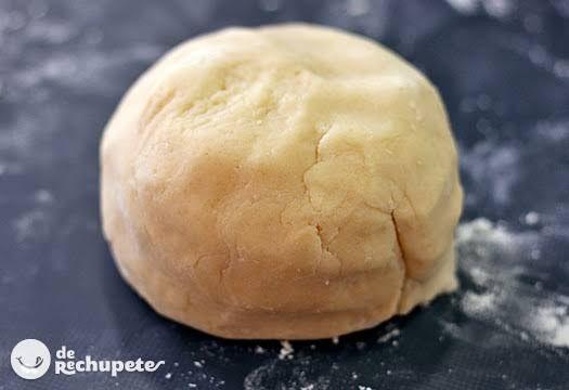 Con esta receta obtendrás una masa con la consistencia exacta para tartas y si sigues la receta verás que no se rompe ni queda dura como otras masas. Preparación paso a paso y fotos.