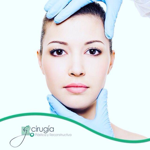 ¿Sabes en qué consiste el estiramiento facial? Es un procedimiento que tensa los músculos de la cara, eliminando así el exceso de grasa y redistribuyendo la piel del rostro y el cuello. También corrige la caída de las cejas y las arrugas de la frente, mejorando los signos más visibles del envejecimiento. ¿Te animas a intentarlo?   Llámanos y saca una cita, para una consulta de valoración, al 926.72.99, con el Dr. José Edgardo Pérez Martínez, Cirujano Plástico Certificado.