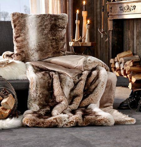 Eine wunderschöne und kuschelige Wohndecke, die Jagdhüttenflair ins Wohnzimmer zaubert. Ein Wohnaccessoire mit Gemütlichkeitsgarantie!