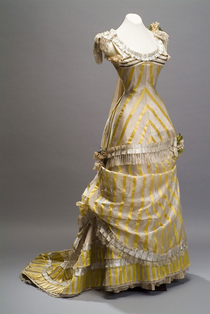 Vestido de gala corte princesa Autor desconocido Segunda mitad del siglo XIX  Costura mixta, seda, hilo de oro, con aplicaciones  de encaje, pasamanería y bouquets de seda