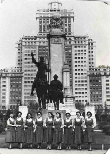 """""""Un grupo de trabajadoras de la empresa Santa Lucía en la Plaza España de Madrid, 1957""""."""