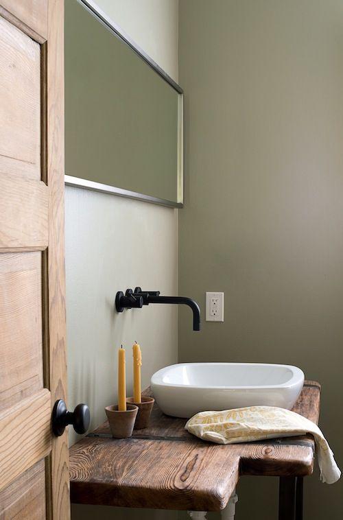 這是浴室洗手檯,水槽換成上嵌式面盆,檯面是回收木料製成,牆面顏色,接近Sea Drops(90YY 67117),得利塗料。