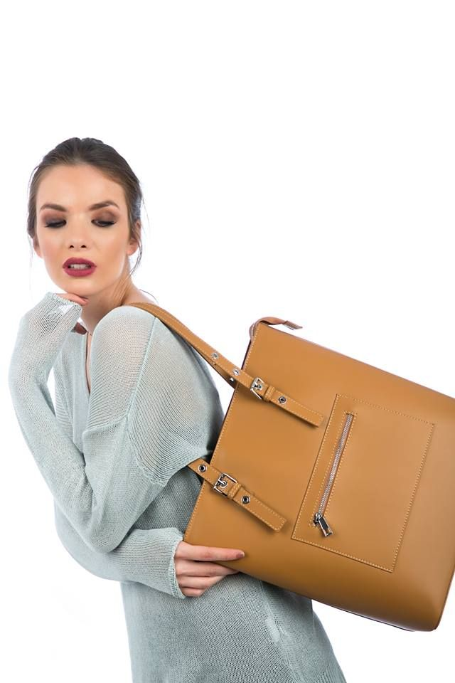 Leather office bag with handles. Interior lining with zipped pocket and interior pocket. Silver handle details. Genuine leather. Made in Italy.  https://www.modaboom.com/accessories/bags/dermatiini-office-tsanta-tampa/