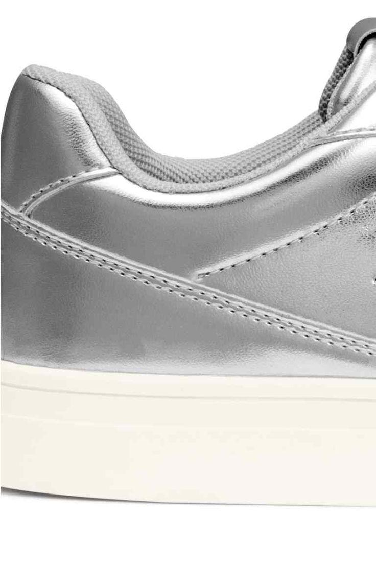 Tornacipő: Műbőr tornacipő enyhén párnázott szélű alacsony szárral, fűzővel, textil talpbetéttel és -béléssel, gumitalppal.