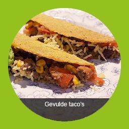 Gevulde taco's  Hoofdgerecht - 4 personen - ca 30 minuten Bereiden  Verwarm de oven voor op 200 ºC. Pel en snipper de ui. Pel en snijd de knoflook fijn. Halveer de peper in...