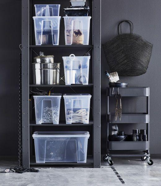 Nahaufnahme eines Metallregals mit transparenten SAMLA Boxen, in denen sperrige Gegenstände und Utensilien aufbewahrt sind