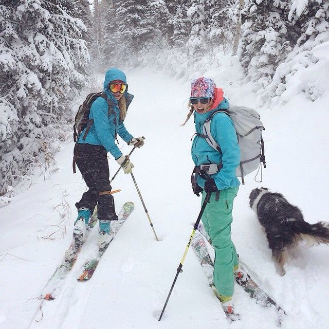 New snow makes us giddy! Rockstar gals @brookegaynes & @carolinegleich get to tour around in the early Utah fluff! And Ollie, too! #skidavida