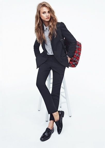 Suit blazer with padded shoulders, notched lapels and button fastening on the front. Twin flap pockets, welt pockets on the chest and cuffs ...