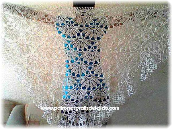 Chal blanco tejido con ganchillo con diseño de abanicos grandes