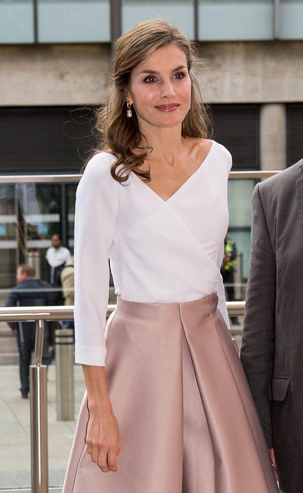 Fecha: 14 de julio de 2017 Su último look: Doña Letizia elige la silueta lady con falda tableada de la firma inglesa Topshop en tono nude y escote wrap