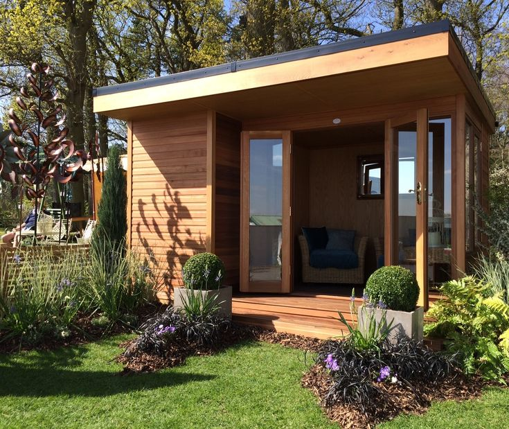 The Oxford Range offers an alternative to the traditional summerhouse in look and style. Striking in form it's contemporary and minimalist.