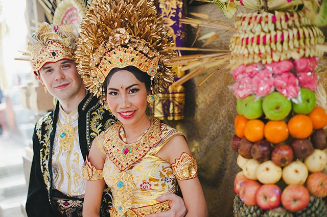 Traditional Balinese wedding ceremony | Gusde Photography and @Ari Krzyzek - Chykalophia | see more on: http://burnettsboards.com/2014/06/inspiration-reality-neo-eclectic-balinese-wedding/ #bali