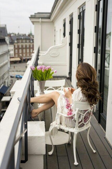 Un motiv important pentru care sa iti doresti un apartament cu terasa: sa iti bei cafeaua dimineata, in aer liber.