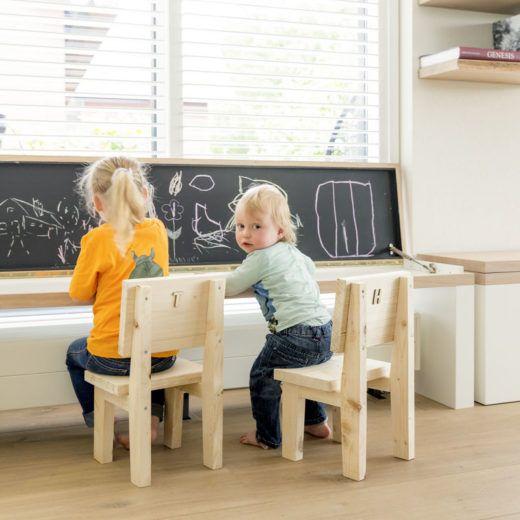 De bank die over de radiator geschoven kan worden, kan gelijk als tafel worden gebruikt door de kinderen.