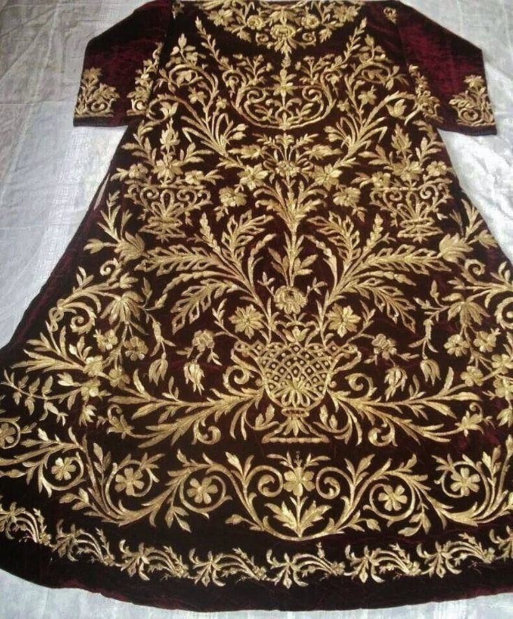 Richly embroidered bridal/festive 'bindallı entari' (robe).  Late-Ottoman urban style, ca. 1900.  Probably from Central Anatolia.  Velvet adorned with goldwork embroidery (golden metallic thread, applied with the 'Maraş işi'-technique).