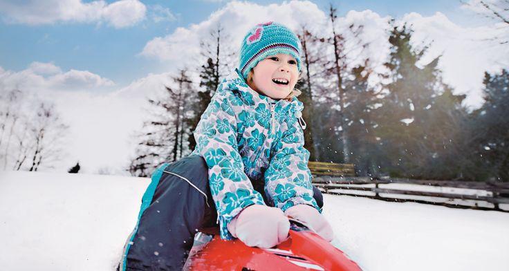 Two seater sledges. Comfortable for both the riders. For the joy of snow! ❆ Dvoumístné sáně, které zabaví obě vaše děti. Sněhové radovánky mohou začít!