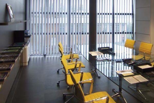 ufficio con sedie gialle