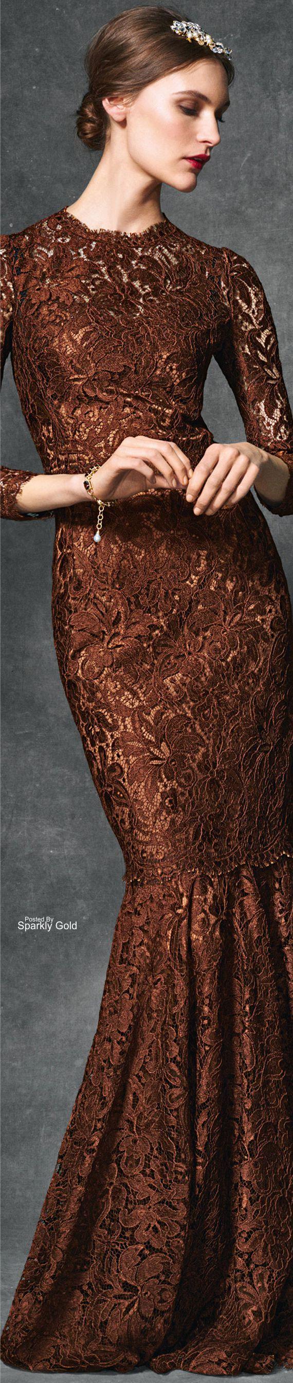 O marrom que está associado a natureza por ser a cor da terra e da madeira, trazendo assim vigor e resistência