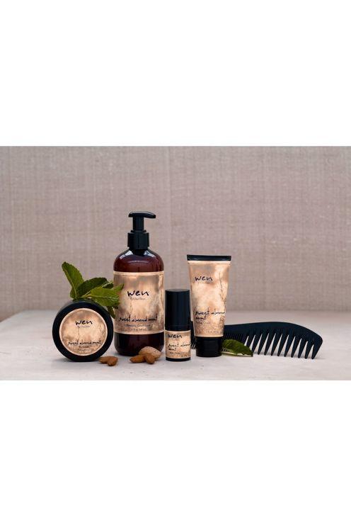 WEN® Är ett revolutionerande nytt hårvårdsystem som  ersätter shampo, balsam, inpackning och styling – allt i ett!<br>Innehåller en perfekt balans av örter och naturliga ämnen.<br>Rengör, återfuktar och tillför näring, styrka och lyster<br>Innehåller inga skadliga kemikalier, utan endast naturliga ämnen!<br>Sparar tid – endast en WEN® Cleansing Conditioner produktersätter shampo, balsam och hårinpackning<br>Med  WEN® får håret glans, lyster och blir lättare att hantera <br>Löddrar inte…