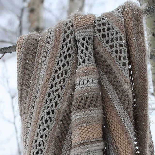 Detaljer - strikket/heklet sjal  details - knitted/crochet shawl  #detaljer #details #sjal #shawl #tinesolheim #strikketsjal #hekletsjal #knittedshawl #crochetshawl #nyttprosjekt #strikking #hekling #garnlykke #yarnaddict #bloggeneroppdatert #valdreshagenmin