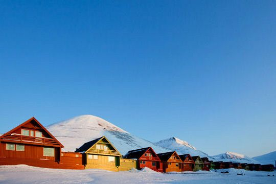 Longyearbyen, capitale administrative de l'archipel de Svalbard au nord de la Norvège, est la capitale territoriale la plus nordique de la planète, mais aussi l'une des plus colorées, pour égayer les hivers froids à -20 degrés et sous la neige