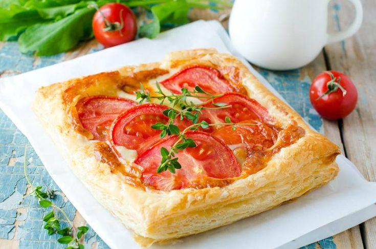 Ingrédients : 1 pâte brisée 5 tomates, bien mûres 1 c à café d'herbes de Provence 5 c à soupe de moutarde de dijon sel, poivre 1 c à soupe d'huile d'olive mozzarella (option) Préparation : Cuire à blanc la pâte brisée (percée avec une fourchette) 5 min à 230°C. Entre temps, couper les tomates en rondelles .