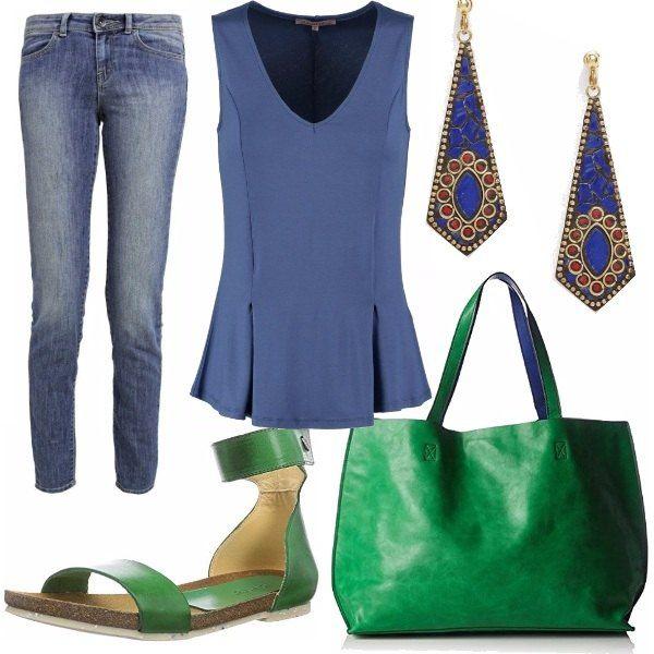 Look semplice e colorato verde e blu. Un jeans a vita normale slim lunghezza standard comodo con scarpe basse come quelle della foto che riprendono il colore della borsa. L'interno della borsa è blu e ricorda i toni della maglia e degli orecchini.