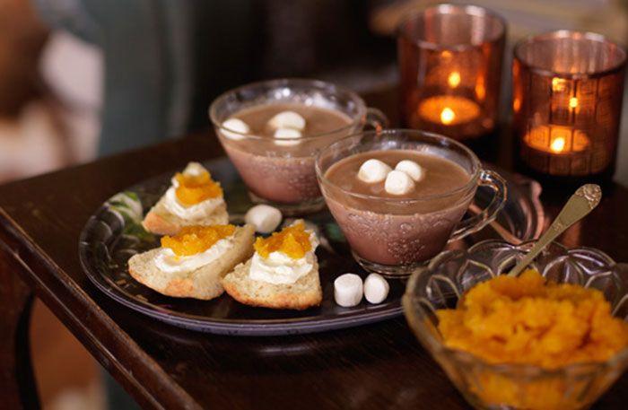 Recept på varm choklad med kardemumma och marsmallows. Som det gjordes förr. Perfekt för en lyxig frukost eller en härlig eftermiddagsfika!
