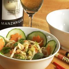 Sojasprossen-Salat mit Erdnuss-Sauce ist eines der einfachsten Gerichte, das die vegan asiatische Küche zu bieten hat. Gesundes, das jeder essen