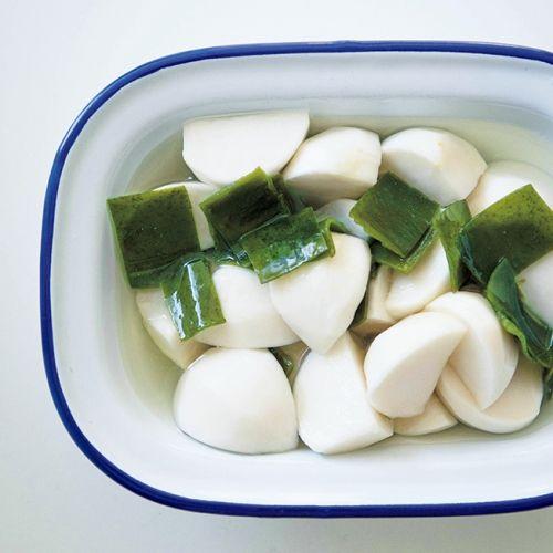 甘酢に漬けてサラダ感覚でパリパリと。すぐに1束分くらい食べきれます。