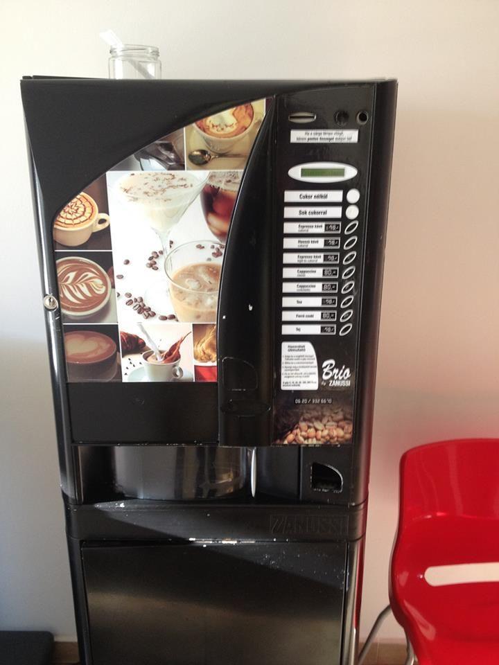 A Nyelviskolánkban azért tartunk kávé automatát, mert ezzel is a tanulóink igényeit szeretnénk kiszolgálni.