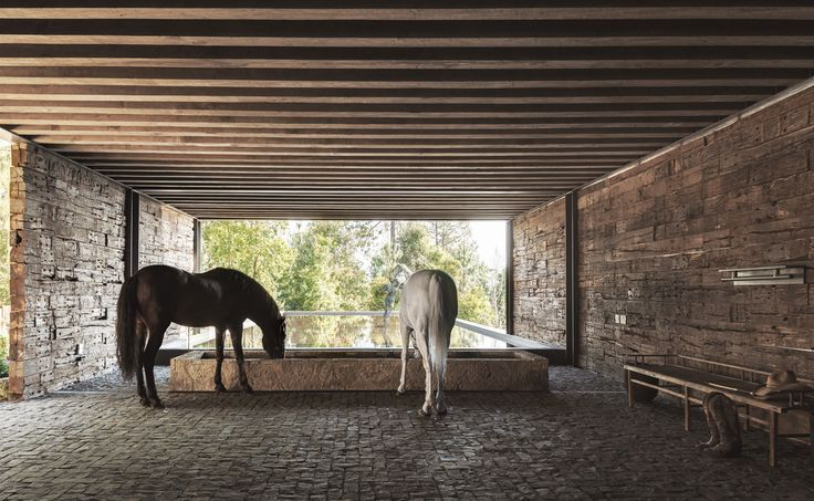 Love the simplicity of the house and barn. Wish there were more photos on the project. CC Arquitectos: El Mirador