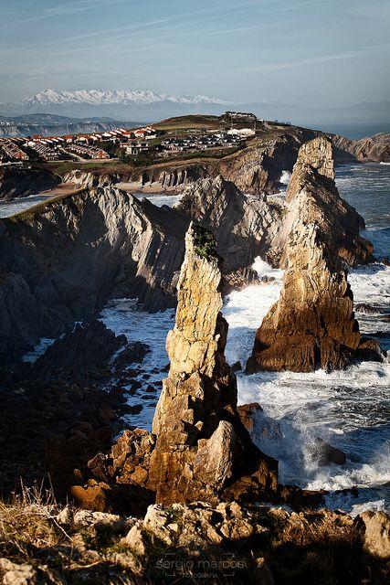 Vista de Los Urros, con los Picos de Europa de fondo.  Cantabria   Spain